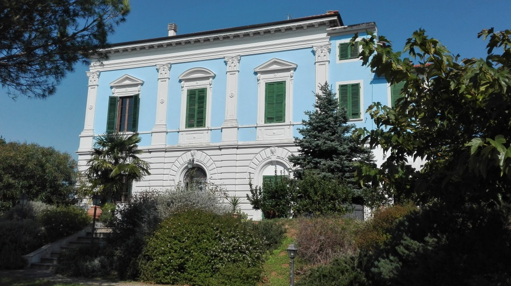 Schön restaurierte blaue Villa in der Toskana als Immobilienanlage