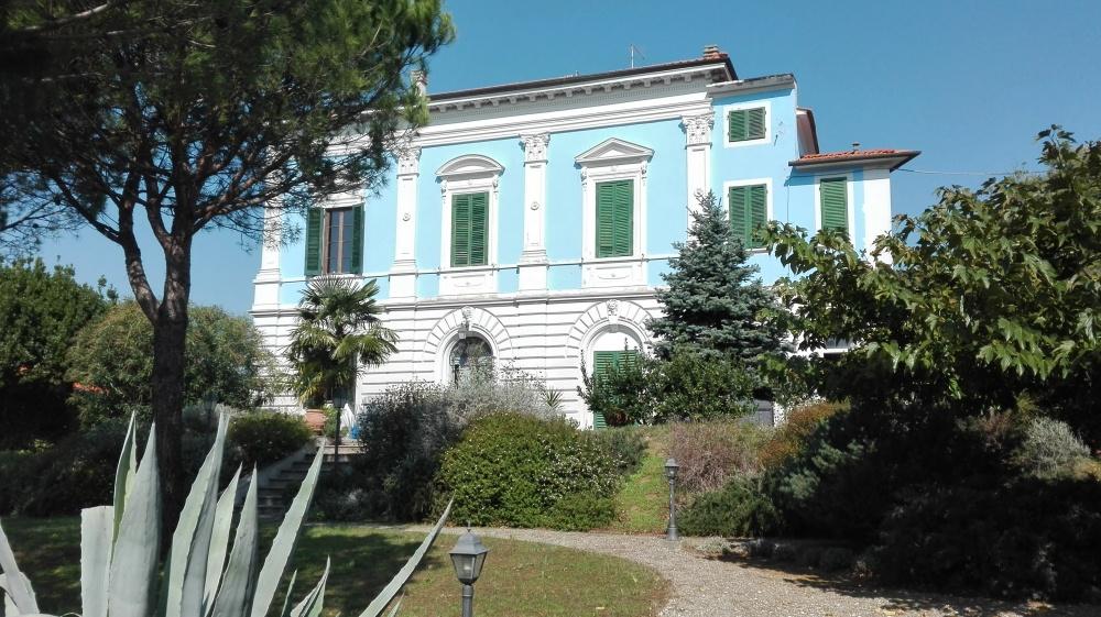Blaue restaurierte Villa in der Toskana