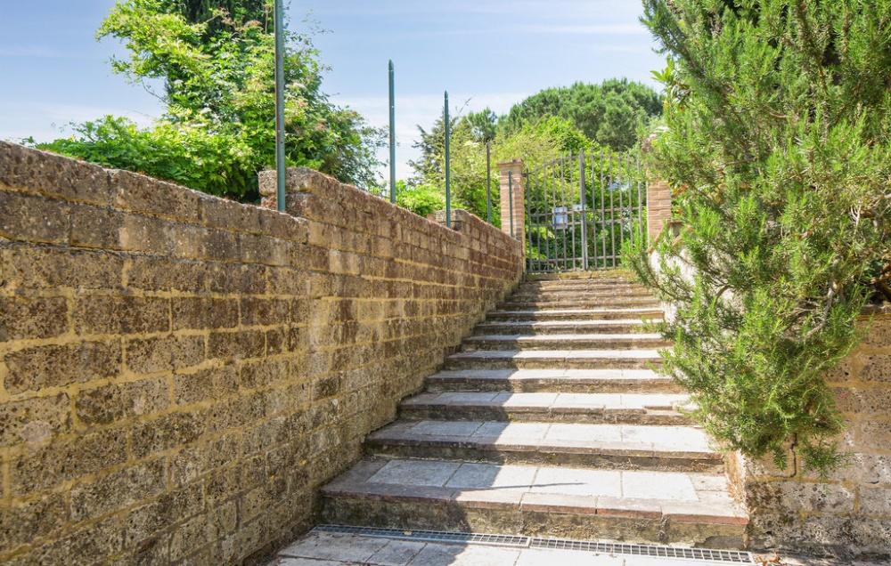 Treppe am Objekt mit antiker Mühle